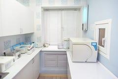 Modernes Sterilisationsraum interrior, Behandlung des zahnmedizinischen Instrumentarbeitsplatzes Lizenzfreies Stockbild