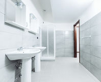 Modernes stilvolles Badezimmer geschossen mit Weitwinkelobjektiv Stockbilder