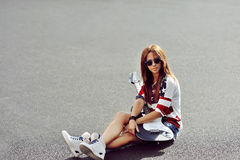 Modernes stilvolles Mädchen mit E-Gitarre - copyspace Stockfotografie