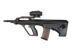 Modernes Sturmgewehr lokalisiert Lizenzfreie Stockfotos