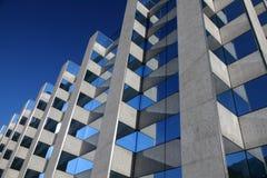 Modernes symmetrisches Bürohaus Stockfotografie
