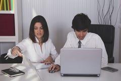 Modernes Team im Büro lizenzfreies stockfoto