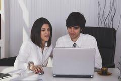 Modernes Team im Büro stockfotografie