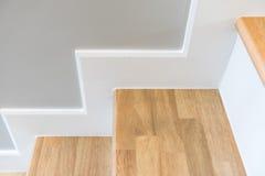 modernes Treppendesign mit hölzernem Schritt und weißem Aufbruch Lizenzfreies Stockfoto