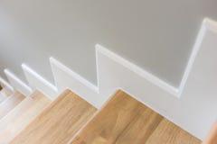 modernes Treppendesign mit hölzernem Schritt und weißem Aufbruch Stockfoto