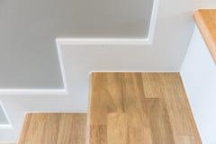 modernes Treppendesign mit hölzernem Schritt und weißem Aufbruch Lizenzfreies Stockbild