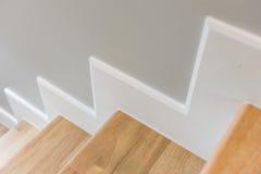 modernes Treppendesign mit hölzernem Schritt und weißem Aufbruch Stockbilder
