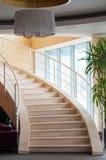Modernes Treppenhaus im Hotel-Foyer Lizenzfreie Stockfotos