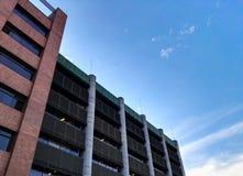 Modernes und großes Gebäude mit Spalten, Ziegelsteinen und Stahlkonstruktionen stockbild