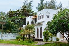 Modernes und luxuriöses Wohnsitzfeiertags-Landhaushaus, Außenfassade des Gebäudes auf Erholungsort Front View Enthalten Sie Steig stockbild