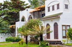 Modernes und luxuriöses Wohnsitzfeiertags-Landhaushaus, Außenfassade des Gebäudes auf Erholungsort Front View Enthalten Sie Steig lizenzfreie stockfotografie
