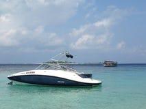 Modernes und traditionelles Boot in der Insellagune im Indischen Ozean, Malediven Stockbild