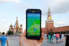 Modernes vergrößertes Wirklichkeitsspiel auf Smartphone Stockbilder