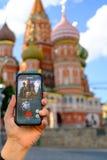 Modernes vergrößertes Wirklichkeitsspiel auf Smartphone Stockbild