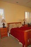 Modernes Vorlagenschlafzimmer im Rot Lizenzfreies Stockfoto