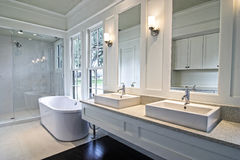 Modernes weißes Badezimmer Lizenzfreie Stockfotos