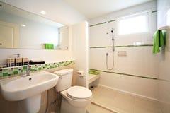 Modernes weißes Badezimmer lizenzfreie stockfotografie