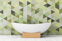 Modernes weißes Bathtube vor Olive Green Geometric Tiles herein Stockfoto