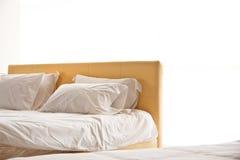 Modernes weißes Bett und Kissen Stockfotografie