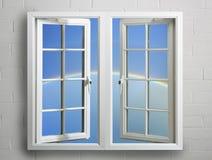 Modernes weißes Fensterfeld mit Himmel und Regenbogen Stockfotos