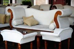 Modernes weißes Sofa mit Stühlen lizenzfreies stockbild