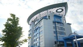Modernes weißes und blaues Gebäude mit ungewöhnlichem Dach stock footage