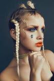 Modernes weibliches Porträt im Studio mit dem Haar, Make-up und Blumen Lizenzfreies Stockbild