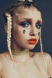 Modernes weibliches Porträt im Studio mit dem Haar, Make-up und Blumen Lizenzfreie Stockfotografie