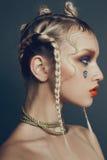 Modernes weibliches Porträt im Studio mit dem Haar, Make-up und Blumen Stockfotografie