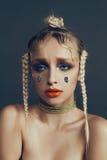 Modernes weibliches Porträt im Studio mit dem Haar, Make-up und Blumen Stockfoto