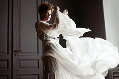 Modernes weibliches Porträt netter Dame im Kleid zuhause stockbild