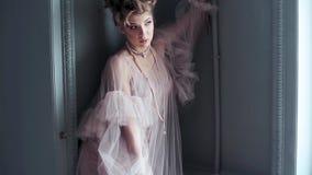Modernes weibliches Porträt netter Dame im rosa Kleid zuhause stock video footage