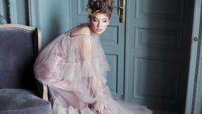 Modernes weibliches Porträt netter Dame im rosa Kleid zuhause stock video