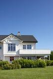 Modernes weißes Holzhaus in Norwegen Stockfotografie