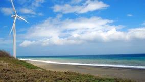 Modernes Windtausendstel auf dem Strand lizenzfreies stockbild