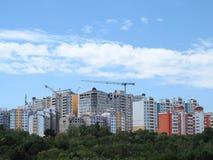 Modernes WohnApartmenthaus, grüner Wald und blauer Himmel Stockfotos