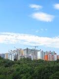 Modernes WohnApartmenthaus, grüner Wald und blauer Himmel Lizenzfreies Stockfoto
