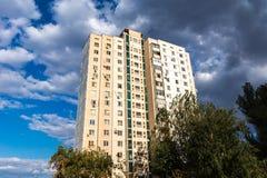 Modernes Wohngebäude in einer Großstadt Stockfotografie