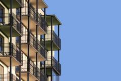 Modernes Wohngebäude mit Balkonen Stockbild