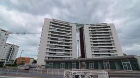 Modernes Wohnluxusgebäude, Ansicht von der Front, mit der Bewegung der Wolken stock footage