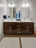 Modernes Wohnungs-Badezimmer Lizenzfreie Stockbilder