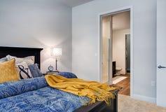 Modernes Wohnungs-Hauptschlafzimmer Lizenzfreies Stockbild
