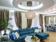 Modernes Wohnungs-Wohnzimmer stockfotografie
