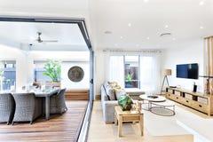 Modernes Wohnzimmer befestigt zum Patio und zum Speiseraum Stockfotografie