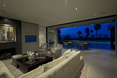 Modernes Wohnzimmer mit Ansicht des Patios Lizenzfreies Stockbild