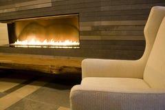 Modernes Wohnzimmer mit Kamin Stockbilder