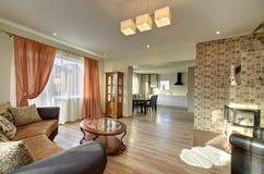 Modernes Wohnzimmer mit Kamininnenraum Lizenzfreies Stockfoto