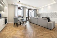 Modernes Wohnzimmer und Küche stockfoto