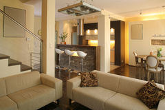 Modernes Wohnzimmer und Küche Lizenzfreie Stockfotos