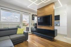 Modernes Wohnzimmer und Küche lizenzfreie stockfotografie
